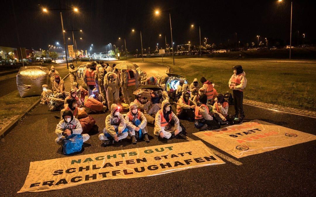 Klimaaktivisten blockieren Frachtflughafen Leipizig Halle aus Protest gegen geplanten Ausbau